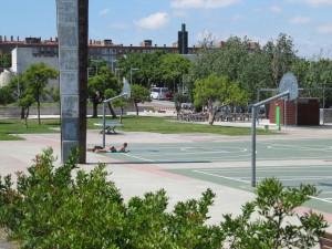 les pratiques balnéaires s'invitent dans la ville - Barcelone - terrains de jeux entre le cimetière de Poble Nou et le littoral