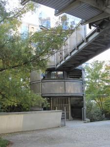 escalier enveloppé formant connexion entre la Jetée et le jardin en contrebas